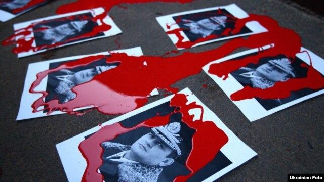 Плакати учасників Революції гідності із зображенням тодішнього керівника МВС Валерія Захарченко. Такі плакати були виготовлені після жорстокого побиття громадської активістки і журналістки Тетяни Чорновол