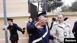 Италијанските полицајци по експлозијата во чилеанската амбасада