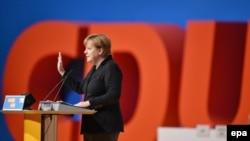 Angela Merkel partiyadaşlarına hesabat verib