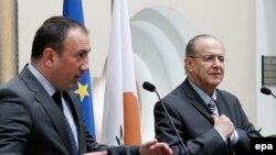 Kiparski šef diplomatije Ioannis Kasoulides (D) i Igor Crnadak (L), na press konferenciji u Nikoziji