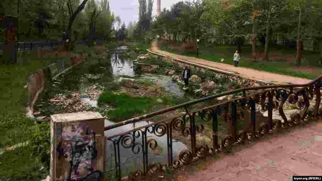 Подконтрольные России власти Симферополя инициировали процесс обновления городских парков и скверов. Вырубив в марте несколько сотен многолетних деревьев, чиновники потратили несколько миллионов рублей на саженцы новых зеленых насаждений