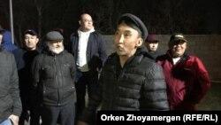 Активист Болатбек Блялов со своими сторонниками. Нур-Султан, 5 мая 2019 года.