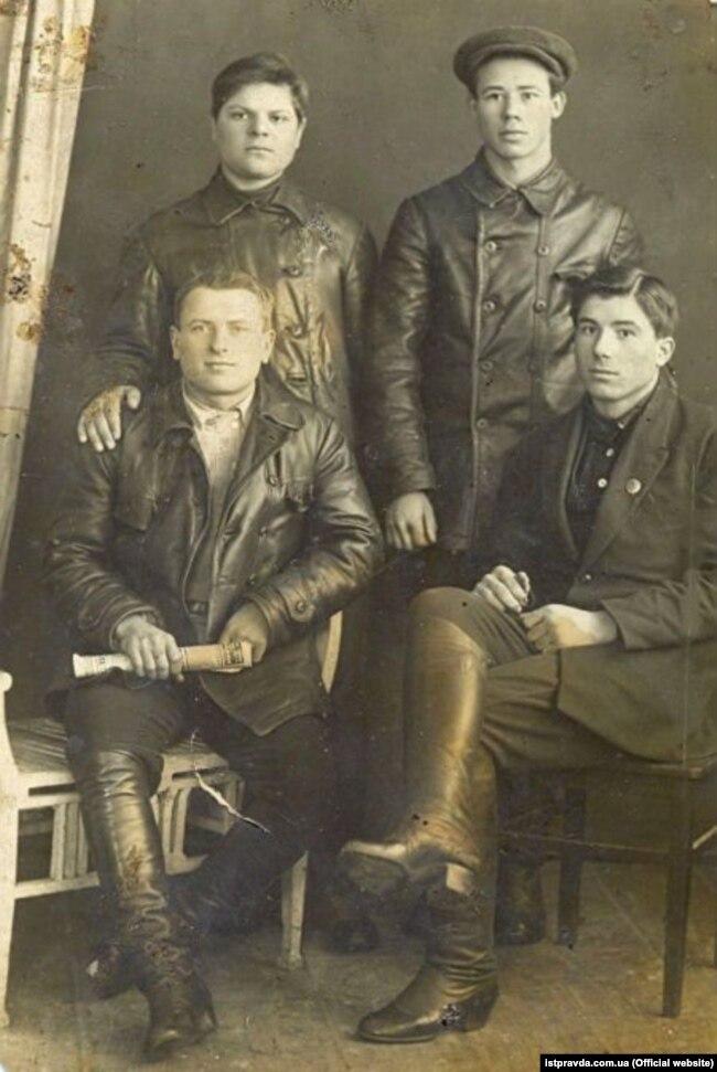 Петро Шелест (праворуч у верхньому ряду) з товаришами під час навчання в Ізюмській радянсько-партійній школі, 1932 рік