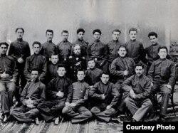 Qori müəllimlər seminariyasının 1904-cü il məzunları, Üzeyir Hacıbəyov aşığı sırada soldan birinci.