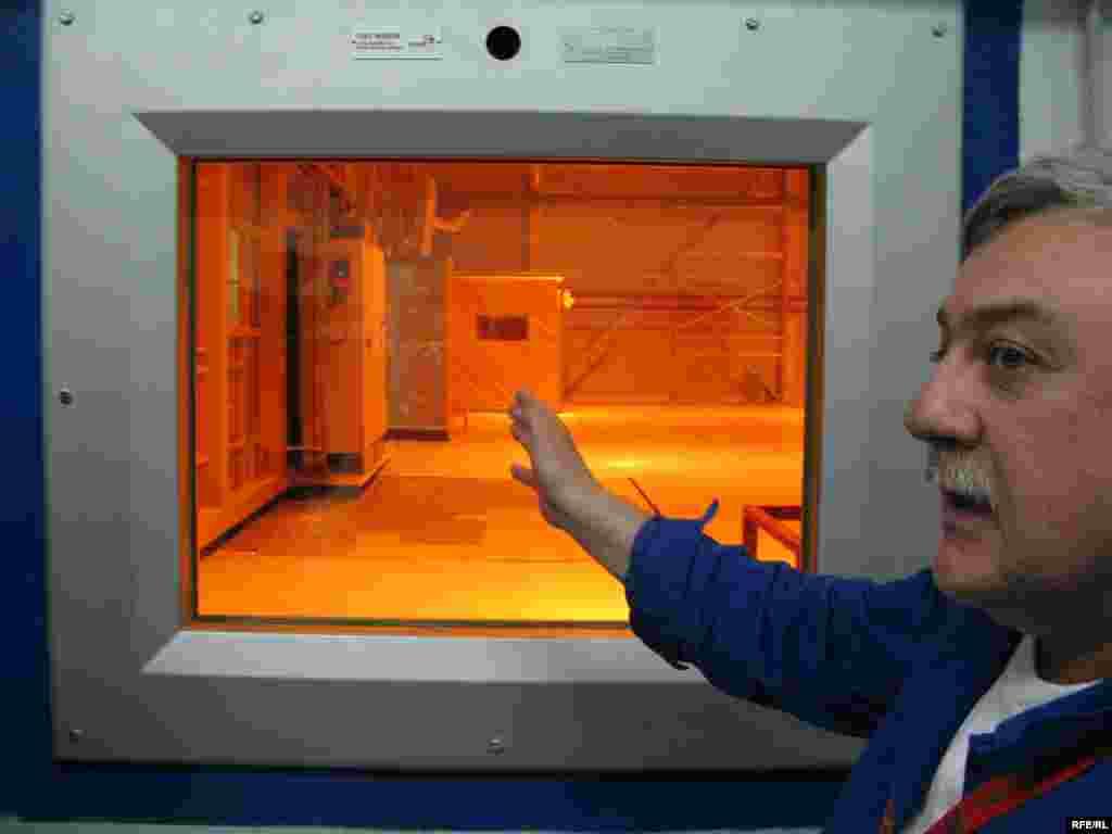 Технологічні процеси йдуть у герметичній зоні, де радіація у тисячі разів перевищує допустимі норми. Там працюють роботи.