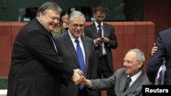 Грецькі міністр фінансів Евангелос Венізелос та прем'єр Лукас Пападімос вітаються з міністром фінансів Німеччини Вольфґанґом Шойбле