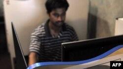 Интернет қарап отырған адам. Пәкістан, 19 мамыр 2010 жыл. (Көрнекі сурет)