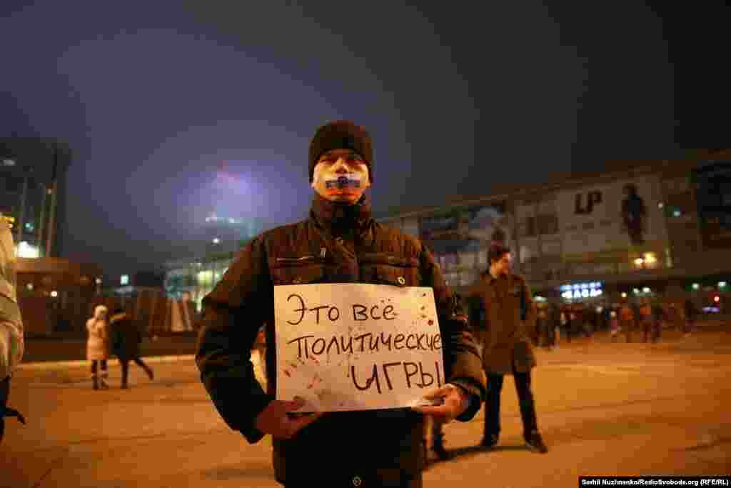 В Украине недавно вступил в силу закон, регламентирующий порядок гастролей в стране исполнителей из России – организаторы обязаны заранее обратиться в Службу безопасности Украины с запросом, разрешен ли определенному исполнителю въезд в страну, и получить разрешение на выступление. Но гастроли украинских исполнителей в России с украинской стороны никак нормативно не ограничены, хотя Россия с 2014 года ведет против Украины гибридную агрессию