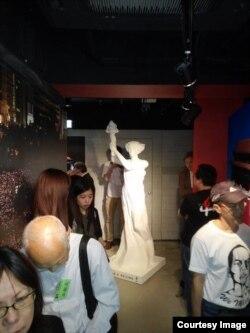 """Копия статуи """"Богини Демократии"""" в музее 4 июня в Гонконге"""
