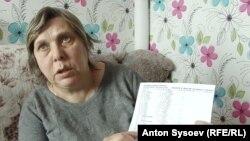 """Зоя Ефимова показывает распечатку с данными о звонках в """"скорую"""""""