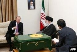 پوتین در دیدار با علی خامنهای رهبر جمهوری اسلامی در نوامبر ۲۰۱۵
