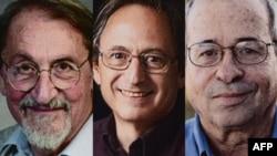 از چپ به راست: مارتین کارپلِس، مایکل لِویت و آریه وارشِل، برندگان جایزه نوبل شیمی ۲۰۱۳.