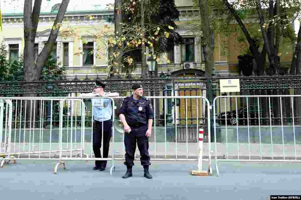 Вечер памяти и скорби. Возложить цветы непосредственно к посольству Украины в Москве полиция активистам не позволила