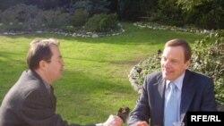 Ambasador SAD Robert Bradtke (d) u razgovoru sa novinarom RSE Enisom Zebićem.