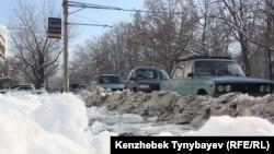 Жиегін қар басқан жолда тұрған көліктер. Алматы, 5 желтоқсан 2012 жыл. (Көрнекті сурет).