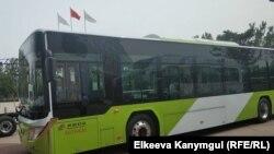 """Кыргызстандын президенти Сооронбай Жээнбеков баштаган делегация """"Beijing Electric Vehicle Co., Ltd"""" (BAIC Group) корпорациясына барды. 8-июнь, 2018-жыл. Сүрөттө: электр энергиясы менен иштеген автобус."""