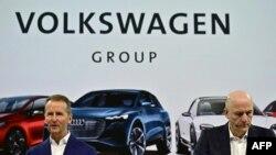 Изпълнителните директори на Volkswagen Херберт Дийс и Франк Витер дават пресконференция през 2019 г.