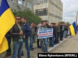 Рабочие подчеркнуто держали в руках флаги Украины