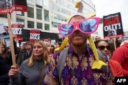 """Лондон, 9 апреля, акция с требованием отставки премьер-министра Великобритании Дэвида Кэмерона, у которого в """"панамских бумагах"""" нашлась офшорная компания"""