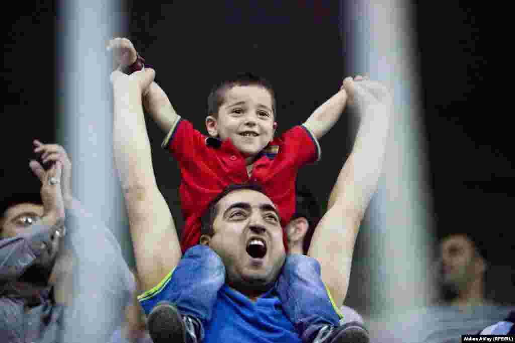 БУГАРИЈА / МАКЕДОНИЈА - Навивачите на Пирин од Благоевград, незадоволни од она што тие го нарекуваат репресија од бугарските фудбалски власти, побараа да ѝ се приклучат на Македонската фудбалска лига. Нивниот клуб испадна од првата лига по сомнителен гол со кој загуби од Витоша Бистрица.