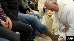 Папа Римский Франциск I омывает ноги несовершеннолетним заключенным. Колония в окрестностях Рима, 28 марта 2013 года.