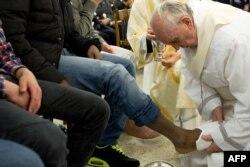 Франциск омывает ноги юным преступникам