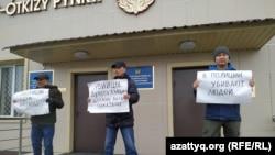 Протестная акция у здания департамента полиции Западно-Казахстанской области после смерти в следственном изоляторе Нур-Султана Дулата Агадила. Уральск, 26 февраля 2020 года.