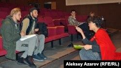 Тимур Бонданк (второй слева) репетирует со студентами спектакль «Человек-подушка» в Республиканском немецком драматическом театре. Алматы, 16 ноября 2018 года.