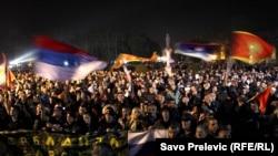 Zastava Crne Gore, Srbije i Rusije na protestu Demokratskog fronta u Nikšiću, 2015.