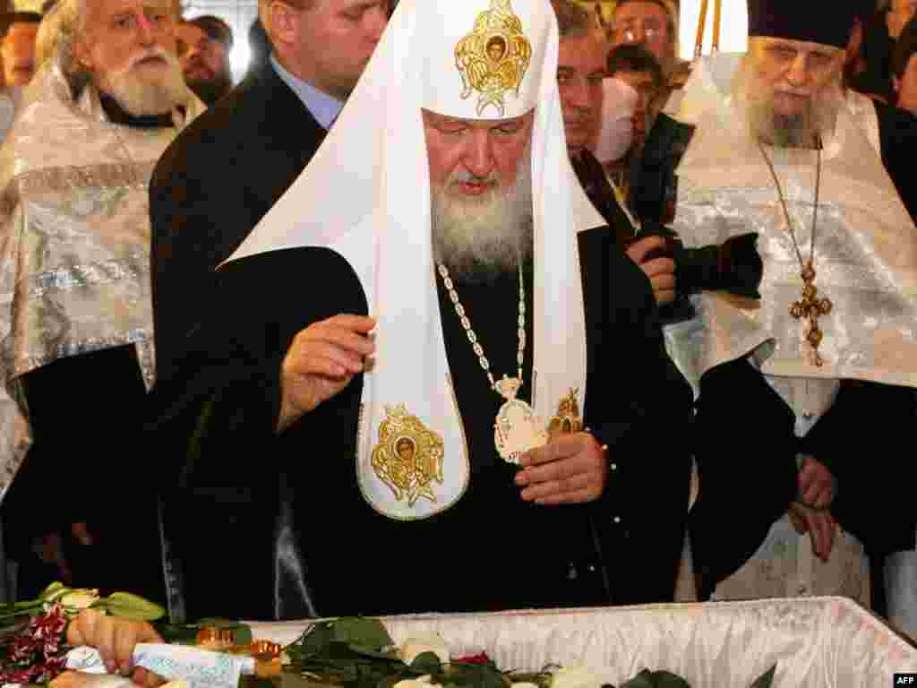 Patriarch Kirill blesses the body of slain Russian Orthodox priest Daniil Sysoyev.