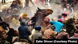 Кыргызстандагы улак тартыштардан тартылган сүрөт. Зафер Динсердин эмгеги.