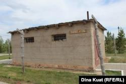 АЛЖИР лагерінде тұтқындар тұрған барак үлгісінде салынған музей экспозициясы. Ақмол кенті, 30 мамыр 2019 жыл.