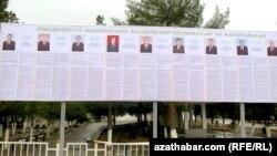 Стенд с информацией о кандидатах в президенты Туркменистана на выборах 12 февраля. Иллюстративное фото.
