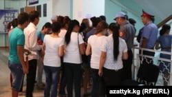 Проверка документов при входе в один из вузов Бишкека во время проведения экзаменов. Иллюстративное фото