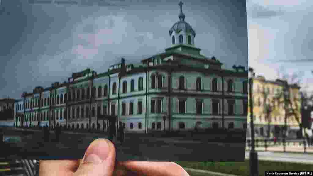 На улице Советской (которая раньше называлась Комиссариатская) есть красивое здание со шпилем. В XIX веке здесь было женское училище Святой Александры. Позжедостроиливторой этаж, его заняла церковь Святой Елизаветы. Теперь это жилой дом. Сентябрь 1862 — Женское училище Святой Александры 1880 — переименовано в Ставропольскую женскую гимназию 1898 — добавлены двухэтажные пристройки 1918 — гимназия закрыта 1920 — в бывшем училище расположилась красноармейская кавалерийская часть Сегодня — жилой дом