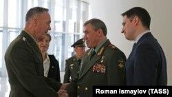Председатель Объединенного комитета начальников штабов Вооруженных сил США генерал Джозеф Данфорд (слева) и начальник Генштаба ВС РФ генерал Валерий Герасимов во время встречи в Баку, 16 февраля 2017 года.
