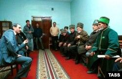 Джахар Дудаеў са старэйшынамі