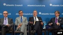 پیتر ویتیگ (نفر اول راست)، ژرار آرو، کیم داروچ و دیوید او-سولیوان در نشست روزدوشنبه در موسسه «شورای آتلانتیک» در واشینگتن.