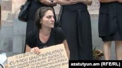 Կալանավորված զինվորի մայրը` Շամիրամը, կառավարության շենքի առջեւ, 28 հունիսի, 2012