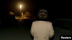 Кім Чэн Ын назірае за запускам балістычнай ракеты