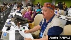 """БҰҰ конференциясына бара алмай қалған Қырым татарлары белсендісі Надир Бекиров """"төлқұжатымды маска киген адамдар тартып алды"""" дейді. Сурет 2013 жылы түсірілген."""