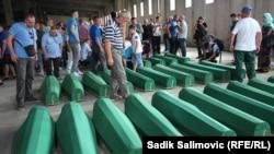 Гробы с останками жертв резни 1995 года, Босния, 9 июля 2016 г.