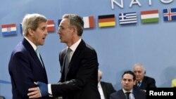 Генеральный секретарь НАТО Йенс Столтенберг (справа) и госсекретарь США Джон Керри. Брюссель, 2 декабря 2015 года.