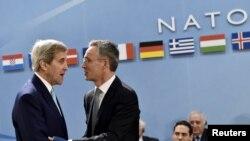 АКШнын мамлекеттик катчысы Жон Керри менен НАТОнун баш катчысы Йенс Столтенберг
