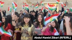 Курдская молодежь в Иране отмечает День Курдского флага. Махабад, 17 декабря 2013 года.