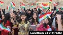 Ирандағы күрд жастары Күрдістан туы күні мейрамы кезінде. Махабад, 17 желтоқсан 2013 жыл.