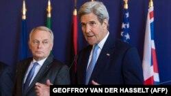 جان کری، وزیر خارجه آمریکا (راست)، در کنار همتای فرانسوی خود پس از نشست پاریس