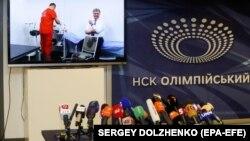 Як стверджують медіа-експерти, негативні публікації щодо кандидатів Петра Порошенка (на фото на задньому плані) і Володимира Зеленського різняться не лише за кількістю, а й за характером