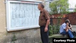 Житель грузинского села Саберио приехал в райцентр Гали, чтобы узнать, находятся ли имена его родственников в списке людей, которым предоставили абхазский паспорт