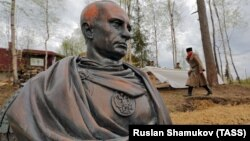 Бюст Владимира Путина в образе римского императора под Санкт-Петербургом